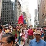 06 Первая колесница с Господом Джаганатхой выезжает на 5 авеню