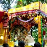 Джаганнатху переносят на алтарь на сцене