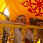 Матушка Манджари-Прия с Гирираджем на колеснице