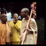 CT15-121 Srila Prabhupada walks with devotees, New York 1972