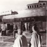 Шрила Прабхупада возле мавзолея Ленина в Москве