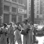 01 Вишнуджана ведёт киртан на улице Лос-Анджелеса