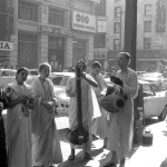 03 Вишнуджана ведёт киртан на улице Лос-Анджелеса