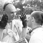 10 Вишнуджана Свами показывает свои трудовые руки