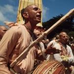 01 Вишнуджана Свами с дандой играет на мриданге