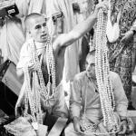 01 Вишнуджана Свами держит четки инициирующихся бхакт