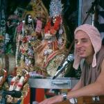 04 Вишнуджана Свами поет киртан