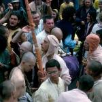 07 Вишнуджана Свами с дандой в толпе