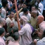 08 Вишнуджана Свами с дандой в толпе