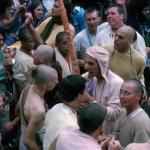 09 Вишнуджана Свами с дандой в толпе