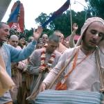 10 Вишнуджана Свами играет на мриданге