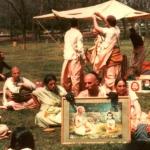 Вишнуджана проповедует в перереве харинамы