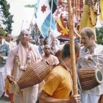 Вишнуджана с гирляндой на Ратха-ятре