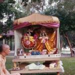 Вишнуджана Свами с Божествами Радха-Дамодара