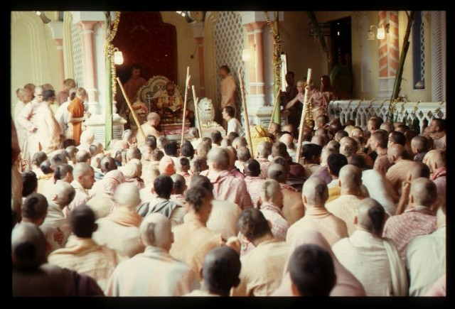 Шрила Прабхупада даёт лекцию. Vrindavana April 76