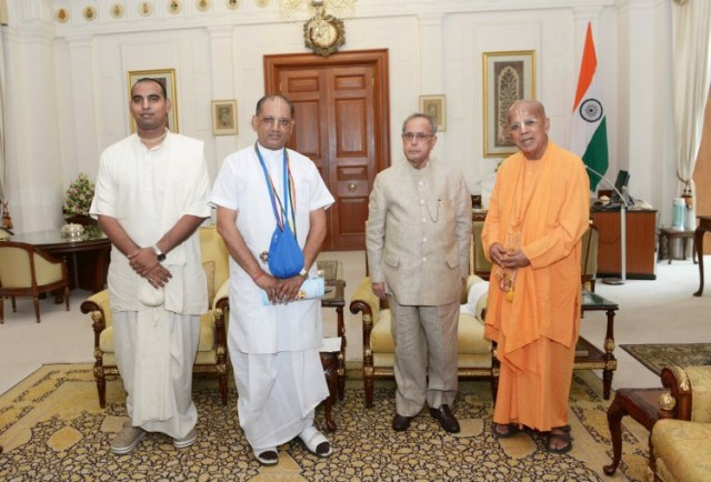 (From right to left) a group photo of Gopal Krisna Goswmai, President Pranabh Mukherji, Vrajendranandana Das and Yudhisthir Govinda Das.