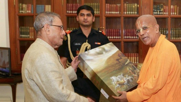 Preisdent of India Pranabh Mukherjee left receives the deluxe Bhagavad Gita