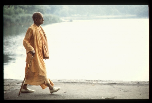 CT15-091 Srila Prabhupada's morning walk. New York, 1972